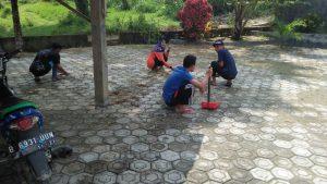 Membersihkan masjid di area parkir
