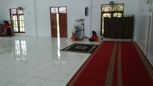 Membersihkan di area dalam masjid di sebelah selatan
