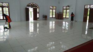 Membersihkan di area dalam masjid di sebelah timur